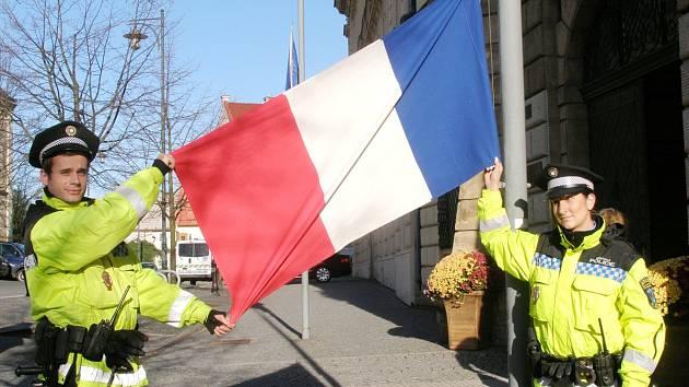 VLAJKY ČESKÉ REPUBLIKY a Francie zavlály před kladenským magistrátem na půl žerdi.