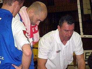 Volejbalisté Kladna poslouchají pokyny trenéra Milana Hadravy.
