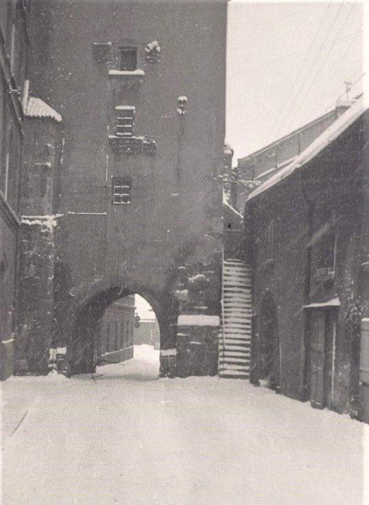 Zasněžené Slaný ve 20. letech 20. století: Velvarská brána.