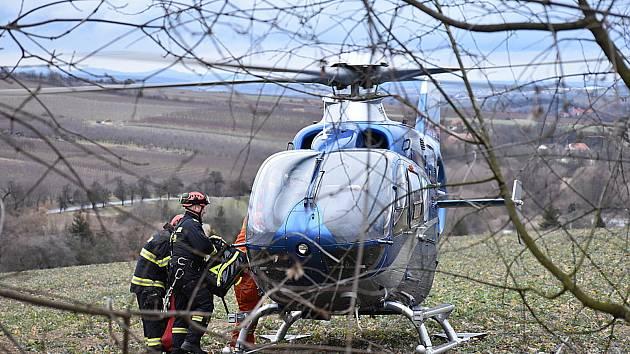 Další nešťastník skočil ze Slánské hory, na místo byl vyslán vrtulník.