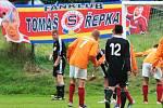 Tomáš Řepka debutoval v dresu SK Hvozdnice (v oranžovém).