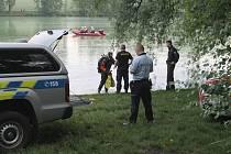 Potápěči hledali ve slánském rybníku utopence. Marně.