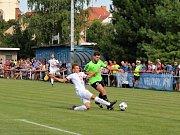 Velvary (v zeleném) prohrály v MOL Cupu s Hradcem Králové 0:1. Průnik Vašuta (vpravo)
