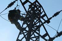Opakovanou revizi na stožáru vysokého napětí prováděli pracovníci ČEZu ještě ve čtvrtek odpoledne.