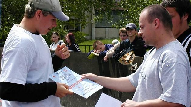 Na přesně deset let starém snímku Zbyněk Zíma coby předseda okresního svazu (vpravo) předává cenu za první místo v soutěži Hokejbal proti drogám dnešnímu hokejistovi Kladna Vladimíru Kamešovi.