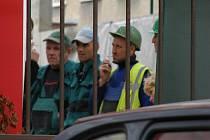 Dělníci z Ukrajiny čekají na to, co s nimi bude. Celníci je kontrolovali v areálu kladenské nemocnice.