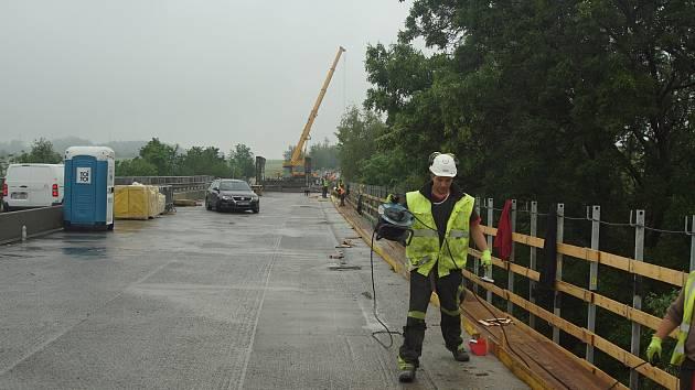 Z rekonstrukce mostu na silnici I/7 u Kutrovic.