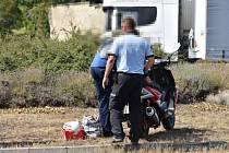 Na kruháku ve Slaném havaroval muž na motocyklu, pomozte objasnit příčinu nehody.