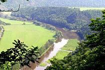 Takovýto pohled na řeku Berounku se otevře účastníkům sobotního pochodu Krajem Oty Pavla z vyhlídky nad výletní restaurací U Rozvědčíka.
