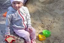 Hřiště na kladenském Sletišti včera navštívila také dvouletá Adélka Lindová z Kladna.