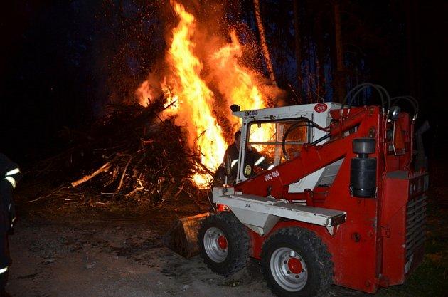 Větve buď zapálily děti při hře nebo někdo ve zlém úmyslu zničit druhým přípravu na čarodějnice.