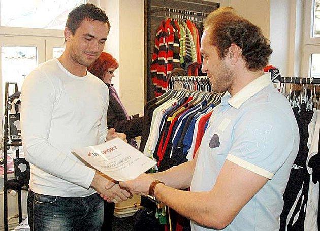 František Mašanský má  dostatek  času se věnovat teoretickým sportovním soutěžím. Po jedné z nich přebírá cenu z rukou svého kamaráda, teplického fotbalisty Pavla Verbíře.