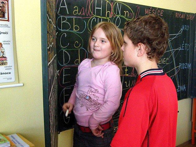 Na Základní škole v Norské ulici v Kladně se v pátek uskutečnil 10. ročník Školy naruby, kdy starší děti vyučovaly mladší.