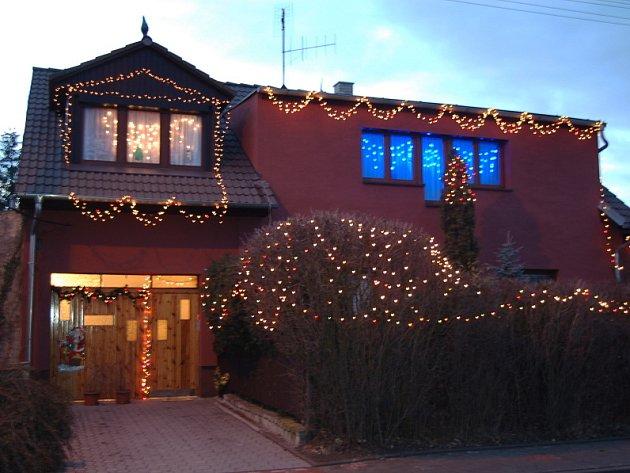 Ozdobený svítící dům v Kladně–Švermově je velkou podívanou pro děti i dospělé. Světenou nádheru v celé její kráse nedokáže zachytit ani objektiv fotoaparátu. To se zkrátka musí vidět.