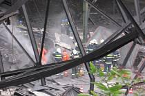V troskách zřícené haly přišli o život dva lidé. Tragicky skončila 28. července výprava skupiny Romů do areálu bývalé kladenské huti Poldi. Ve chvíli, kdy se zřejmě snažili ukrást železné nosníky v jedné z nepoužívaných hal, se na ně zřítila část střechy.