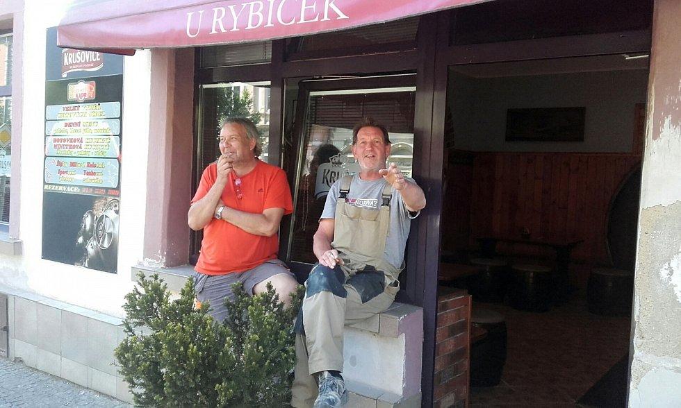 Protikuřácký zákon v praxi, 2. den. Kuřáci jsou od nynějška nuceni obsedávat parapety či postávat na ulicích před svou oblíbenou hospodou. Hosté Restaurace U Rybiček ve Slaném.