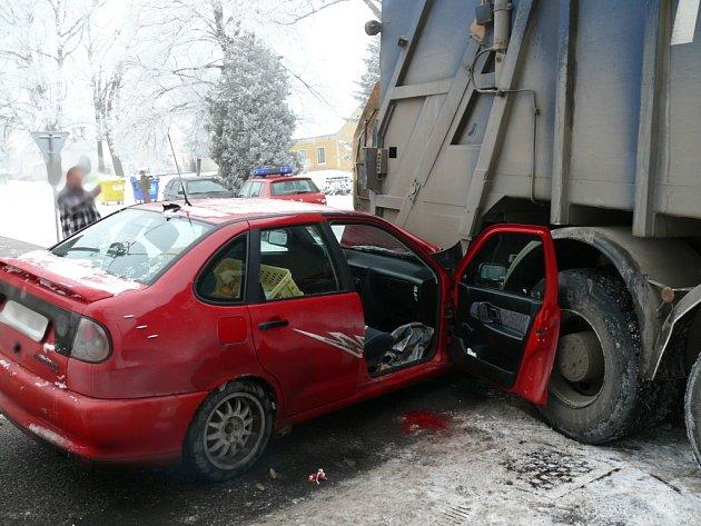 Hasiči likvidují následky dopravní nehody.