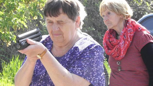 PŘI DALŠÍ Z BESED MĚSTSKÉ POLICIE si seniorky vyzkoušely střelbu z paintballové pistole.