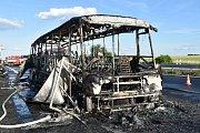 Shořelý autobus na dálnici D7 na Kladensku v neděli 18. června.