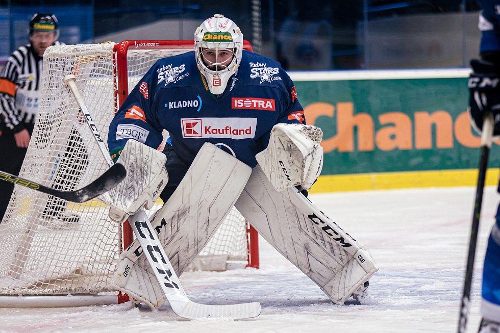 Po dlouhé koronapauze se hokejisté Kladna (v modrém) představili doma proti poslední Kadani a jasně vyhráli. Adam Brízgala. Foto: Roman Mareš
