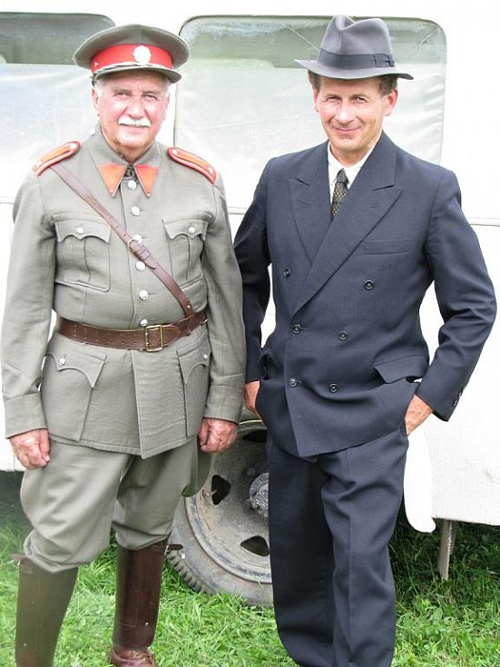 Natáčení první tryzny za Lidice v roce 1945.