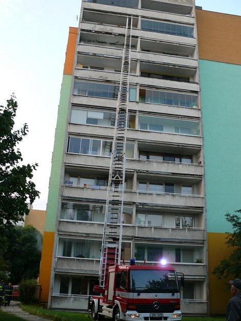 Požár se stal v panelákovém domě ve Slaném.