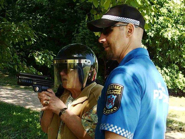 Jednou z disciplín byla střelba z paintballové pistole.