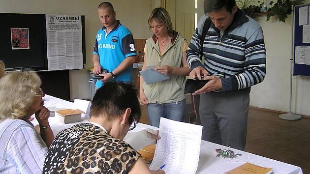 Místy se u volební komise tvořila i fronta