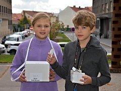 Dobrovolníci pro podporu sbírky Bílá pastelka před slánským gymnáziem