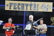 Příchozím kromě Fechtýřů zahrály ještě skupiny Poutníci a Modrotisk.