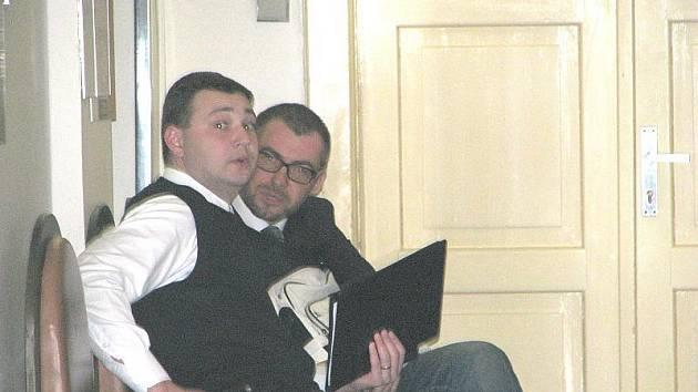 Bořek Slezáček se svým advokátem na chodbě kladenského soudu.