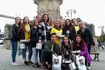 Světlušky v podání kladenských studentek a jednoho studenta druhého ročníku oboru Sociální činnost  ze střední školy v ulici Edvarda Beneše v doprovodu učitelky Renaty Sudové.