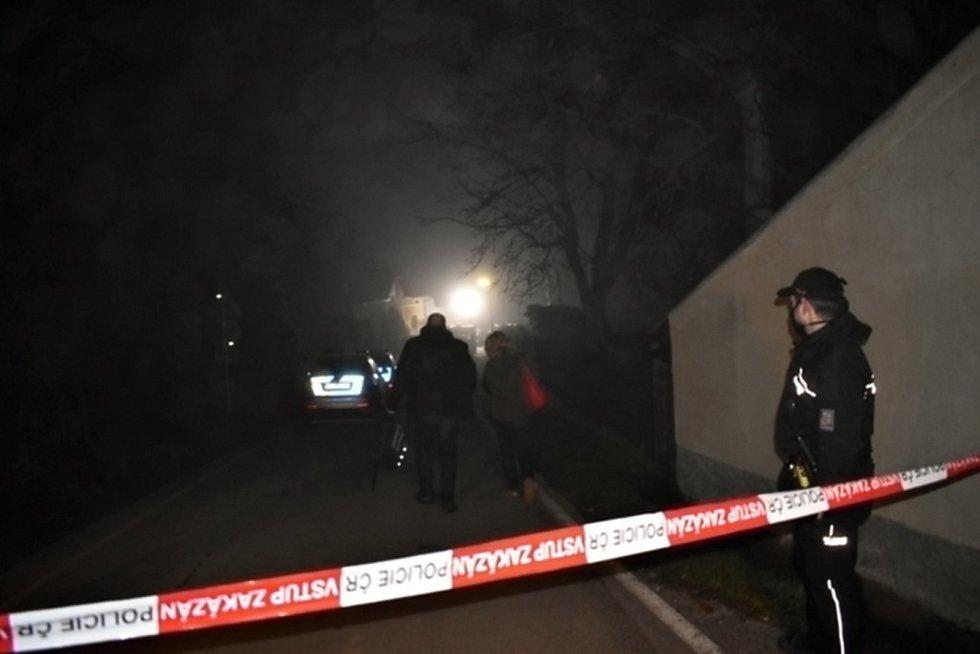 V Líském byli na zahradě rodinného domu nalezeni tři mrtví lidé. V domě  se nacházelo pouze živé roční dítě.