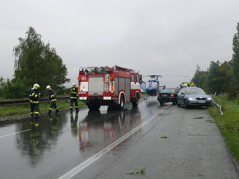 U dopravní nehody, která se stala v sobotu na rychlostní silnici R7, zasahovali také hasiči.