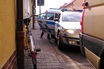 Ve Švermově se srazilo auto s mladou cyklistkou.