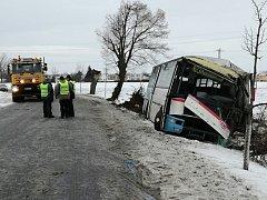 Tragická nehoda autobusu u Středokluk. Jedna žena na místě zemřela