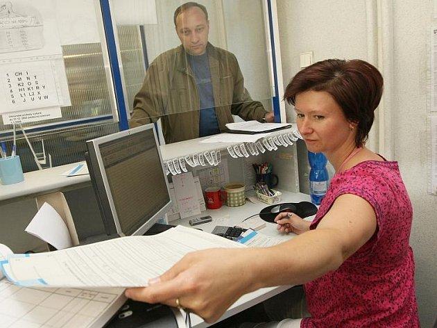 Nezaměstnanost na Kladensku dosáhla k hranici osmi procent. K přepážkám na úřad práce chodí 7055 lidí, kteří si hledají nové zaměstnání.