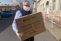 Primátor Dan Jiránek s krabicí obličejových štítů.