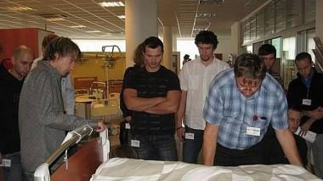 Exkurze v továrně na výrobu nemocničních lůžek ve Slaném-Želevčicích