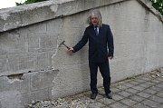 Člen ČsOL Kladno Stanislav Pítr, při symbolickém poklepu zahájení rekonstrukce Bratrské mohyly.