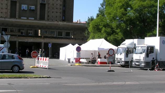 Kvůli natáčení byl uzavřený jeden směr silnice ve Vítězné ulici.