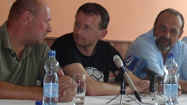 Miroslav Koubek (vlevo) ani Tomáš Čuřín už v SK Kladno ve svých funkcích pokračovat nechtěli. Prezident Michal Kraus nyní řeší problémy.