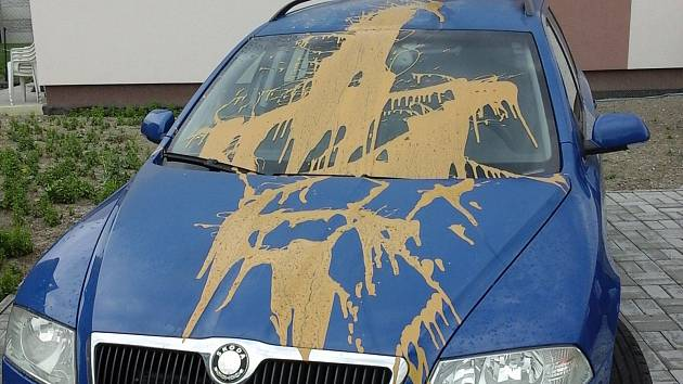 Automobil zaparkovaný v kladenské ulici K Rovinám polil neznámý pachatel barvou.
