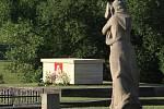 Navečer již prostor pláně osiřel a nově si zvyká na svou novou část, oltářní mensu osazenou keramicnou podobou Panny Marie Lidické // Pietní vzpomínka k 72. výročí vyhlazení obce Lidice