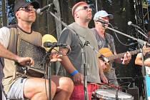 JEDNOU Z HVĚZD FESTIVALU byla oblíbená kapela Děda Mládek Illegal Band.