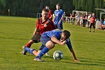 I. B třída: Mšec (v modrém) ukázala ve Švermově, že i jako nováček umí zahrát dobře. Pěkný zápas skončil remízou 2:2.