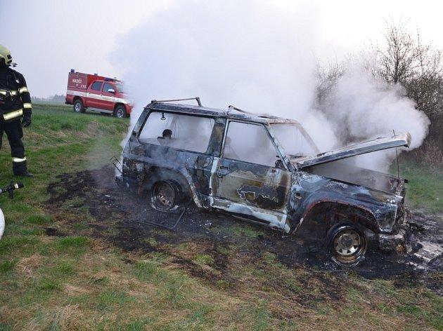 Hasiči k hořícímu vozu vyjížděli v úterý ráno.
