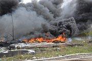 V průmyslové části areálu bývalé Poldovky někdo zapálil skládku asi pěti set pneumatik.