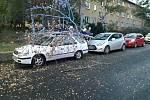 Ve Slaném řešili hasiči spadlý strom na zaparkovaná osobní auta.