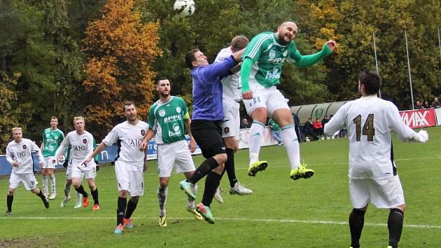 Lhota (v bílém) doma podlehla v derby Hostouni 2:4. Šilhan (v zeleném) dává hlavu čtvrtý gól.